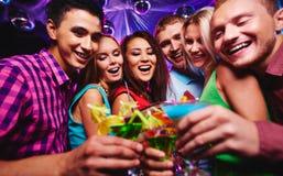 Amis avec des cocktails Images libres de droits