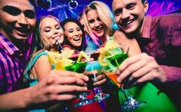 Amis avec des cocktails Photos libres de droits