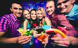 Amis avec des cocktails Images stock
