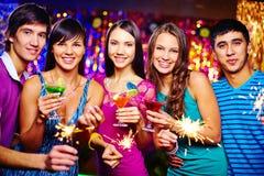 Amis avec des cocktails Photos stock