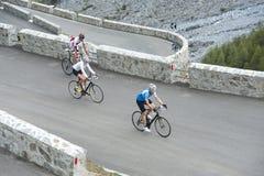 Amis avec des cycles de route dessus vers le haut Photos stock