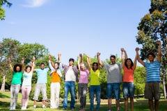 Amis avec des mains augmentées sur le campus Image libre de droits