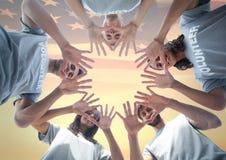 Amis avec des mains ensemble contre le drapeau américain Image stock