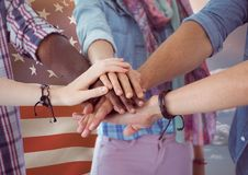 Amis avec des mains ensemble contre le drapeau américain Photo stock