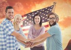 Amis avec des mains ensemble contre le drapeau américain Photographie stock libre de droits