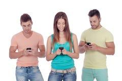 Amis avec des mobiles Photos libres de droits