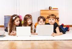 Amis avec des ordinateurs portatifs Image libre de droits