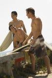 Amis avec des planches de surf Photographie stock libre de droits