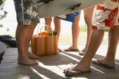 Amis avec des planches de surf sur le porche Images libres de droits
