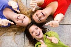 Amis avec des pouces vers le haut Photographie stock libre de droits