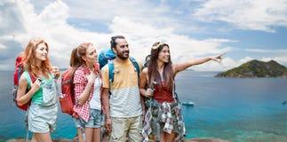 Amis avec des sacs à dos au-dessus d'île des Seychelles Photo stock