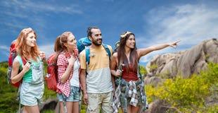 Amis avec des sacs à dos au-dessus d'île des Seychelles Image libre de droits