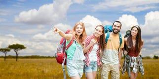Amis avec des sacs à dos au-dessus de la savane africaine Photo libre de droits