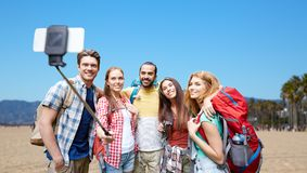 Amis avec des sacs à dos prenant le selfie par le smartphone Image libre de droits