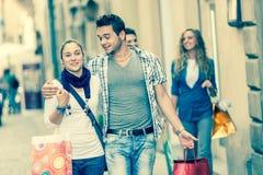 Amis avec des sacs à provisions Photographie stock libre de droits