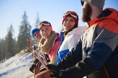 Amis avec des surfs des neiges et des skis Photos stock