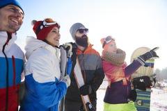 Amis avec des surfs des neiges et des skis Photo libre de droits