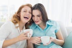Amis avec des tasses de café appréciant une conversation à la maison Photo libre de droits