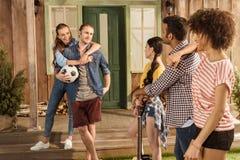 Amis avec du ballon de football et la guitare, parlant et passant le temps ensemble Image libre de droits