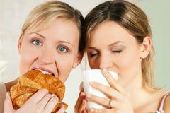 Amis avec du café et le croissant Image libre de droits