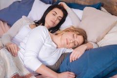 Amis avec du charme dormant ensemble Photographie stock