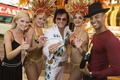 Amis avec Elvis Presley Impersonator And Casino Dancers Image libre de droits