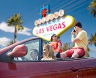 Amis avec l'appareil-photo conduisant dans la voiture à Las Vegas Images libres de droits