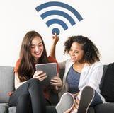 Amis avec l'icône de signal de wifi Photo libre de droits