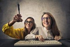 Amis avec l'ordinateur Photographie stock libre de droits