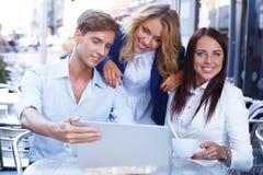 Amis avec l'ordinateur portable Photos libres de droits
