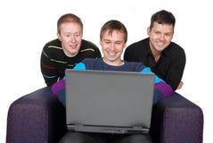 Amis avec l'ordinateur portatif Photos libres de droits