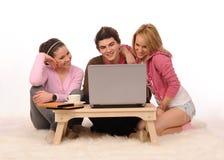 Amis avec l'ordinateur portatif. Photographie stock libre de droits