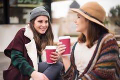 Amis avec la boisson chaude Photos stock