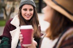 Amis avec la boisson chaude Image stock