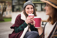 Amis avec la boisson chaude Image libre de droits