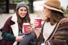 Amis avec la boisson chaude Images libres de droits