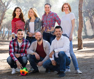 Amis avec la boule extérieure Photos stock