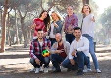 Amis avec la boule extérieure Photo libre de droits