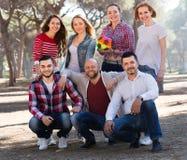 Amis avec la boule extérieure Image libre de droits