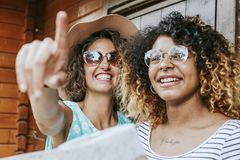 Amis avec la carte du voyage Photographie stock