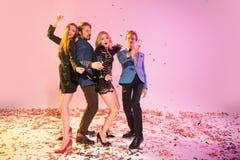 Amis avec la danse de champagne sur la partie Photos stock