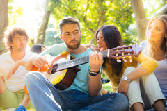 Amis avec la guitare ayant l'amusement Photos stock