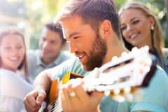 Amis avec la guitare ayant l'amusement Photo libre de droits