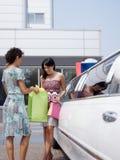 Amis avec la limousine Image stock