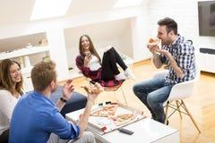 Amis avec la pizza Images stock