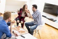 Amis avec la pizza Image libre de droits
