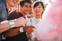 Amis avec la sucrerie de coton dehors Photographie stock libre de droits