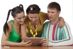 Amis avec la tablette d'ordinateur Photos stock