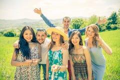 Amis avec le bâton de selfie sur la plage Image libre de droits
