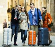 Amis avec le bagage extérieur Photographie stock libre de droits